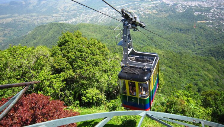 The cable car departing