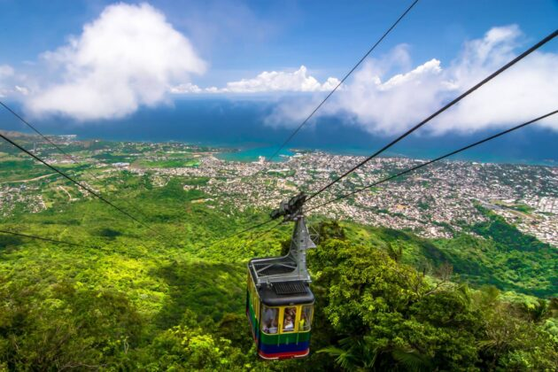 The cable car arriving